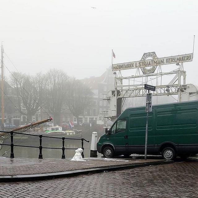 Gespot: een zielige sneeuwpop in hartje Dordrecht